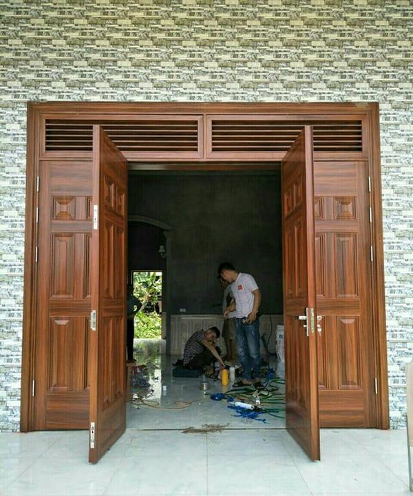 Lắp đặt cửa thép vân gỗ tại Hà Nội thực tế, tại nhà - Thế giới cửa thép  Koffmann